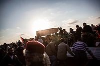 Civiles sostienen un ataúd vacío durante el funeral de varios cadáveres pertenecientes a combatientes rebeldes y civiles ejecutados por el ejército libio y enterrados en una fosa común cerca de Brega durante la guerra civil de 2011. Benghazi, Libia, 2012. MANU BRAVO