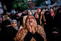 Los partidarios del derrocado presidente egipcio Mohammed Morsi entonan consignas contra el ministro egipcio de Defensa, el general Abdel-Fattah el-Sissi, en el distrito de Nasr city, donde los manifestantes han instalado un campamento y celebran manifestaciones diarias en El Cairo, Egipto, lunes 29 de julio de 2013. FOTO AP / MANU BRAVO