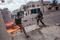 Combatientes rebeldes disparan sus ametralladoras contra las posiciones del Ejército libio en Sirte, Libia, 2011. MANU BRAVO